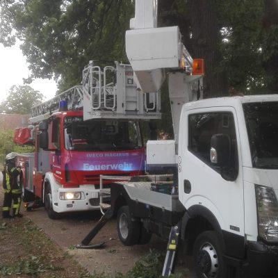 20180908_H1_Personen_in_Hubsteiger_Feuerwehr_Dannenberg_Hilfeleistung