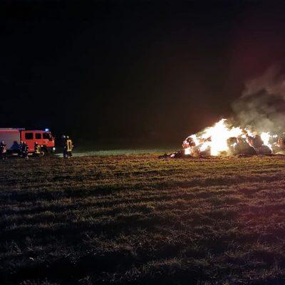 20191027_B1_Feuer_Brennt_Strohmiete_Feuerwehr_Dannenberg_2